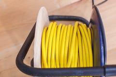 Κίτρινο ηλεκτρικό σκοινί επέκτασης καλωδίων στο εξέλικτρο Στοκ εικόνες με δικαίωμα ελεύθερης χρήσης