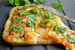 Κίτρινο κέικ με την ντομάτα και το τυρί. Στοκ εικόνες με δικαίωμα ελεύθερης χρήσης