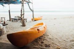 Κίτρινο καγιάκ στην αμμώδη θάλασσα παραλιών Δύο καγιάκ στην άμμο στη θάλασσα υποβάθρου Στοκ φωτογραφία με δικαίωμα ελεύθερης χρήσης