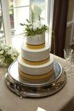 Κίτρινο και άσπρο τοποθετημένο στη σειρά κέικ τρία Στοκ εικόνες με δικαίωμα ελεύθερης χρήσης