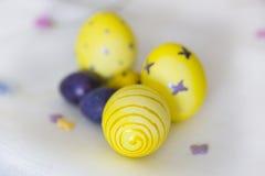 Κίτρινο και ιώδες Πάσχα egge με είχε τα σχέδια των πεταλούδων, Στοκ εικόνα με δικαίωμα ελεύθερης χρήσης