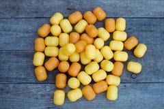 Κίτρινο καλύτερο παιχνίδι Boxon αυγών ένα ξύλινο υπόβαθρο Στοκ εικόνα με δικαίωμα ελεύθερης χρήσης