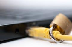 Κίτρινο καλώδιο Διαδικτύου, λουκέτο Στοκ φωτογραφία με δικαίωμα ελεύθερης χρήσης
