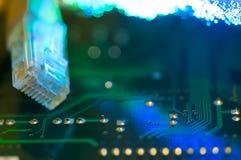 Κίτρινο καλώδιο σύνδεσης στο Διαδίκτυο στον πίνακα κυκλωμάτων Στοκ Φωτογραφίες