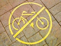 Κίτρινο ` κανένα σύμβολο ποδηλάτων ` στο πεζοδρόμιο Στοκ φωτογραφία με δικαίωμα ελεύθερης χρήσης