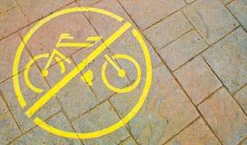 Κίτρινο ` κανένα σύμβολο ποδηλάτων ` στο πεζοδρόμιο Στοκ Εικόνα