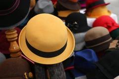 Κίτρινο καπέλο πιλήματος για την πώληση στο κατάστημα ενδυμάτων Στοκ Εικόνα