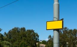Κίτρινο καλώδιο δέντρων μπλε ουρανού προειδοποιητικών σημαδιών Στοκ Φωτογραφία