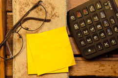 Κίτρινο κενό έγγραφο με τον υπολογιστή με το τσαλακωμένο έγγραφο με τα γυαλιά με το μολύβι Στοκ Εικόνες