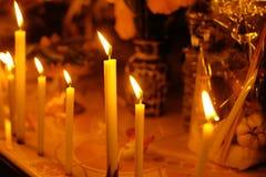 Κίτρινο κερί κεριών στο ναό Θρησκευτική πίστη στο βουδισμό Στοκ φωτογραφία με δικαίωμα ελεύθερης χρήσης