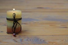 Κίτρινο κερί στο ξύλινο πάτωμα Στοκ Εικόνες