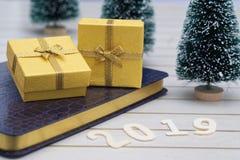 Κίτρινο κιβώτιο δώρων με το 2019 στο υπόβαθρο Χριστουγέννων στοκ εικόνες με δικαίωμα ελεύθερης χρήσης