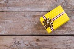 Κίτρινο κιβώτιο δώρων Στοκ Εικόνες