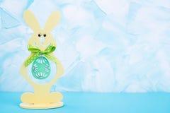 Κίτρινο κουνέλι με το τυρκουάζ αυγό Στοκ Εικόνες