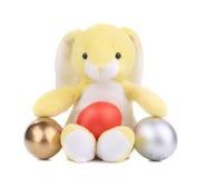 Κίτρινο κουνέλι παιχνιδιών με τα αυγά Πάσχας. Στοκ φωτογραφία με δικαίωμα ελεύθερης χρήσης