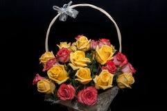 Κίτρινο κόκκινο καλάθι τριαντάφυλλων Στοκ Φωτογραφία
