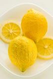 Κίτρινο λεμόνι δύο σε μια άσπρη ανασκόπηση Στοκ Φωτογραφίες