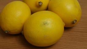 Κίτρινο λεμόνι με το ξινό γούστο, εσπεριδοειδές, βιταμίνες για την υγιεινή διατροφή απόθεμα βίντεο
