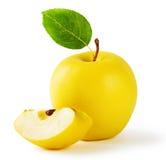 Κίτρινο μήλο με μια φέτα και ένα φύλλο Στοκ φωτογραφίες με δικαίωμα ελεύθερης χρήσης