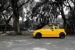 Κίτρινο μίνι αυτοκίνητο στην οδό Στοκ εικόνα με δικαίωμα ελεύθερης χρήσης