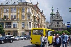 Κίτρινο μίνι λεωφορείο στις οδούς στην Ουκρανία Στοκ Εικόνες