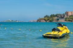Κίτρινο μηχανικό δίκυκλο στη θάλασσα το καλοκαίρι Στοκ εικόνα με δικαίωμα ελεύθερης χρήσης