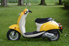 Κίτρινο μηχανικό δίκυκλο Honda Στοκ φωτογραφία με δικαίωμα ελεύθερης χρήσης