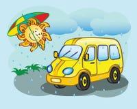 Κίτρινο μικρό λεωφορείο διασκέδασης και ο ήλιος Στοκ εικόνα με δικαίωμα ελεύθερης χρήσης