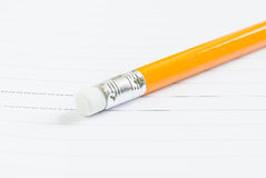 Κίτρινο μολύβι κινηματογραφήσεων σε πρώτο πλάνο στο σημειωματάριο Στοκ φωτογραφία με δικαίωμα ελεύθερης χρήσης