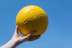 Κίτρινο μπαλόνι στον ουρανό στοκ φωτογραφίες