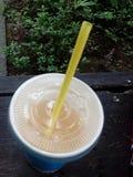 Κίτρινο μπλε φλυτζάνι αχύρου ποτών χυμού στοκ εικόνα