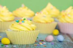 Κίτρινο Πάσχα cupcakes με την καραμέλα και ψεκάζει Στοκ φωτογραφία με δικαίωμα ελεύθερης χρήσης