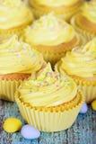 Κίτρινο Πάσχα cupcakes Στοκ Φωτογραφίες