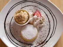 Κίτρινο παγωτό με την άσπρη κρέμα και φράουλα στην άσπρη κινηματογράφηση σε πρώτο πλάνο πιάτων Στοκ φωτογραφίες με δικαίωμα ελεύθερης χρήσης