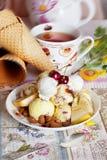 Κίτρινο παγωτό με το κεράσι και τα καρύδια Στοκ Εικόνες