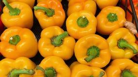 Κίτρινο πιπέρι κουδουνιών στην αγορά απόθεμα βίντεο