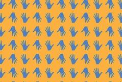Κίτρινο πορτοκάλι σύστασης χεριών Στοκ φωτογραφία με δικαίωμα ελεύθερης χρήσης
