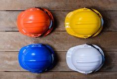 Κίτρινο, πορτοκαλί, άσπρο και μπλε προστατευτικό κράνος ασφάλειας Στοκ εικόνες με δικαίωμα ελεύθερης χρήσης