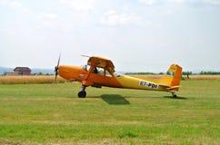 Κίτρινο πορτοκαλί αθλητικό αεροπλάνο μετά από να προσγειωθεί στο διάδρομο στον αθλητικό αερολιμένα στοκ εικόνες με δικαίωμα ελεύθερης χρήσης