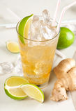 Κίτρινο ποτό με τον ασβέστη και την πιπερόριζα Στοκ φωτογραφία με δικαίωμα ελεύθερης χρήσης