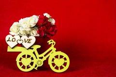Κίτρινο ποδήλατο με ένα σύνολο κάδων των λουλουδιών & του κοκκίνου Στοκ Εικόνα