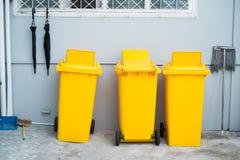 Κίτρινο πλαστικό trashbin Στοκ Εικόνα