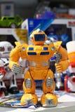 Κίτρινο ρομπότ παιχνιδιών και άλλα ρομπότ στο κατάστημα Στοκ εικόνα με δικαίωμα ελεύθερης χρήσης