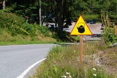 Κίτρινο σημάδι με την κατσαρόλα ή teapot στην πλευρά του δρόμου Ασυνήθιστο οδικό σημάδι Στοκ φωτογραφίες με δικαίωμα ελεύθερης χρήσης