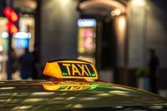 Κίτρινο σημάδι ταξί επάνω τη νύχτα σε μια μητρόπολη στοκ φωτογραφίες με δικαίωμα ελεύθερης χρήσης