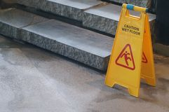 Κίτρινο σημάδι πατωμάτων προσοχής υγρό στο υγρό πάτωμα Στοκ εικόνες με δικαίωμα ελεύθερης χρήσης