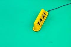 Κίτρινο σημάδι ταξί στο τυρκουάζ παλαιό αυτοκίνητο Στοκ Εικόνες