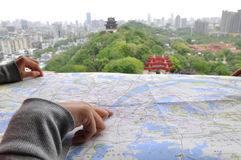 Κίτρινο σημείο πύργων γερανών στο χάρτη. Στοκ Εικόνες