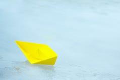 Κίτρινο σκάφος εγγράφου σε μια λακκούβα Στοκ εικόνες με δικαίωμα ελεύθερης χρήσης