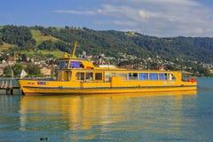 Κίτρινο σκάφος στη λίμνη Zug Στοκ Εικόνα